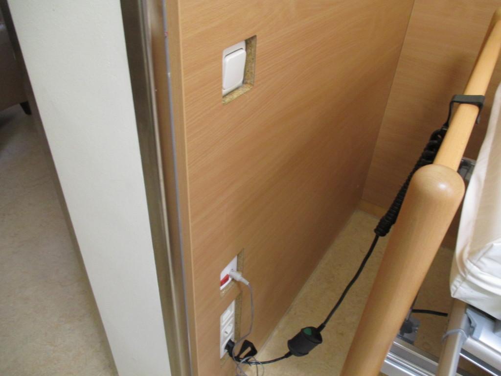 Komplette Verblendung an Wand Pflegebett zum Schutz der Steckdosen